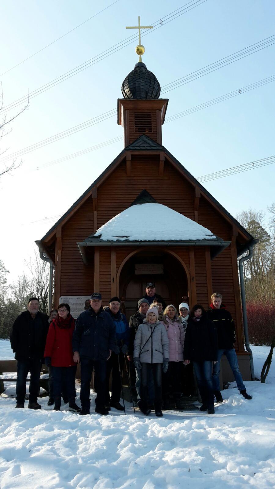 Vor der Kapelle
