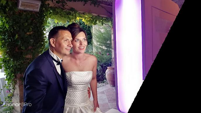 couple de mariés utilisant une borne photo