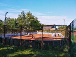 Tenisa korts blakus stadionam
