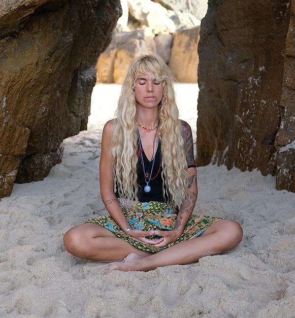 alejandra-estrada-yoga-sesiones-enraizam