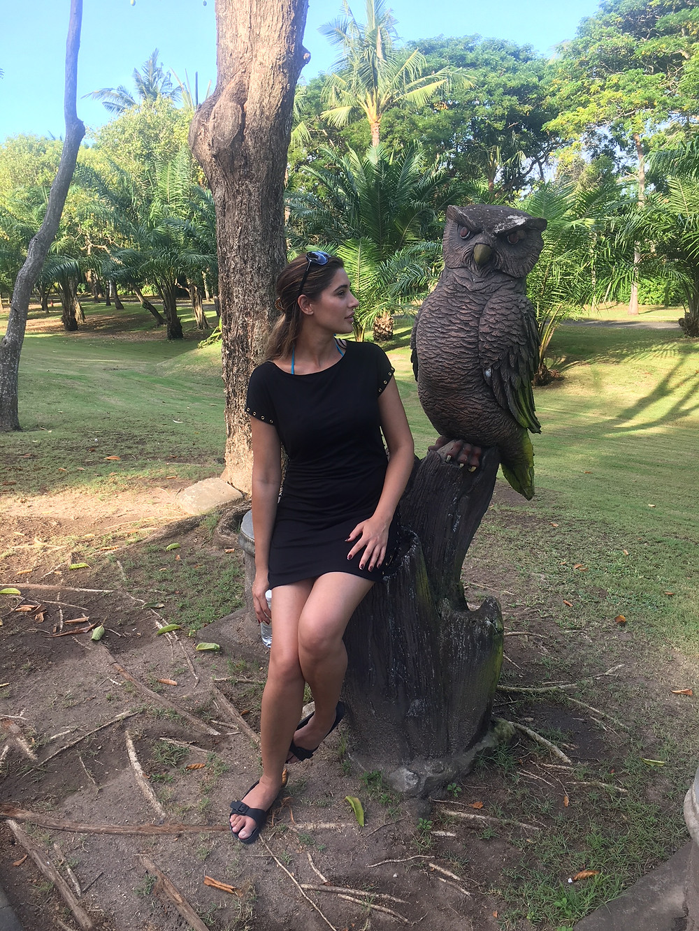 Nargis Fakhri...Admiring Hancrafted Sculpture