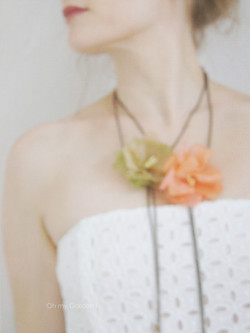 Sautoir et accessoire cheveux fleurs
