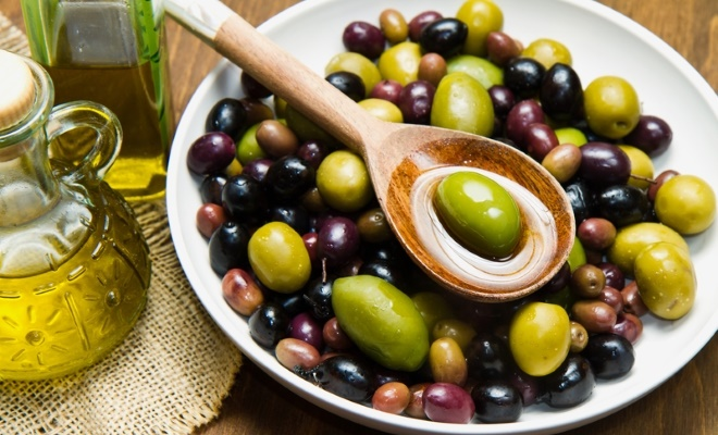 olives-in-bowl-with-olive-oil-featured