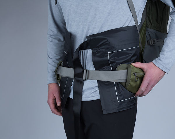 Person wearing a backpack and a body pressure sensor to measure the pressure of the backpack against the surface of the body.