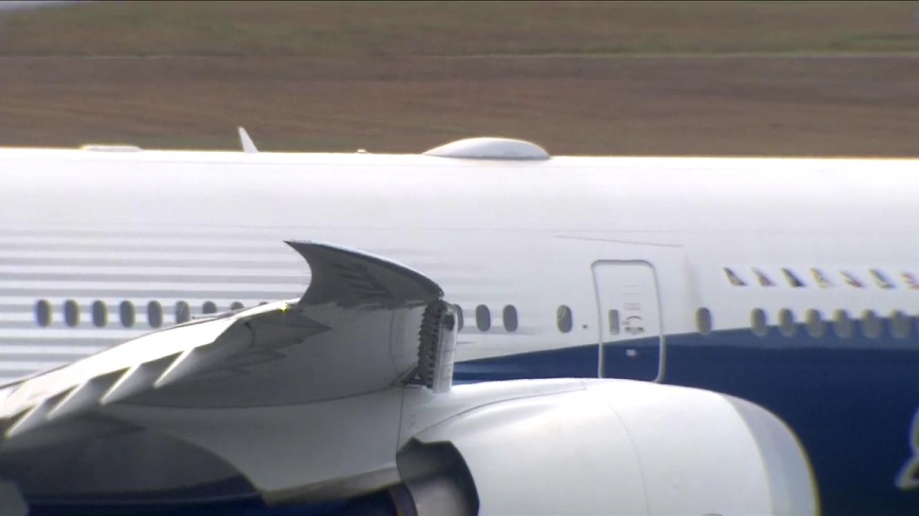 777X First Flight - Winglets down