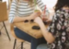 Mädchen in einem Café