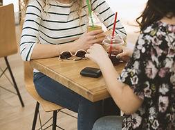 コーヒーショップでの女の子
