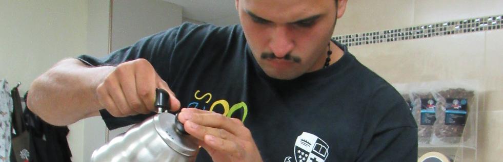 Edgardo Gutierrez productor de Cafes Especiales y dueño de Finca San Nicolas durante su clase de Brewing o Métodos en Academia Barista Pro