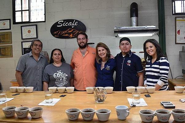 Rafael Silva y Su madre de Finca L Siberia, Sicafe, junto al equipo de Academia Barista Pro