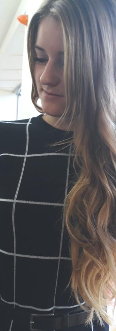 Femme cheveux longs 1a devant.JPG