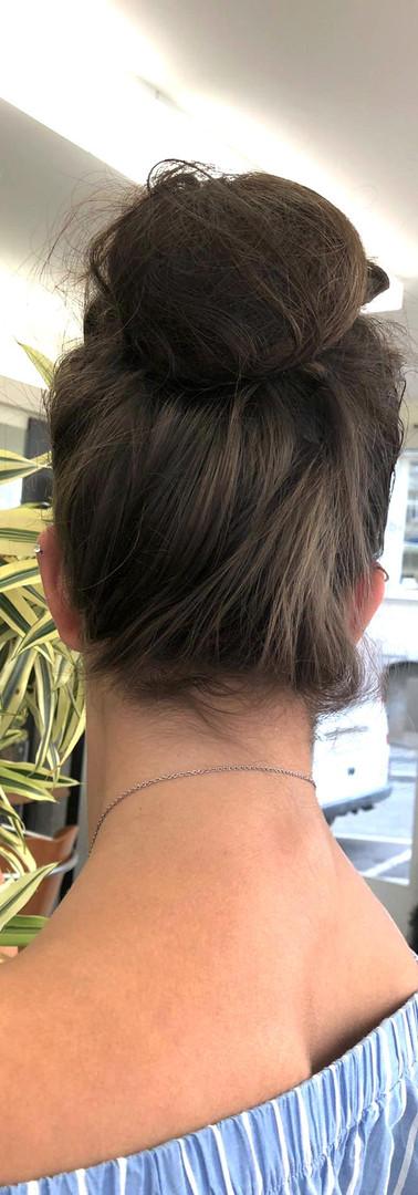Femme cheveux marron chignon 4.jpg