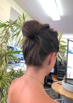 Femme cheveux marron chignon 1