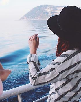 Mujer en el paseo en barco