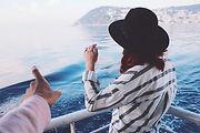 Frau auf Bootsfahrt