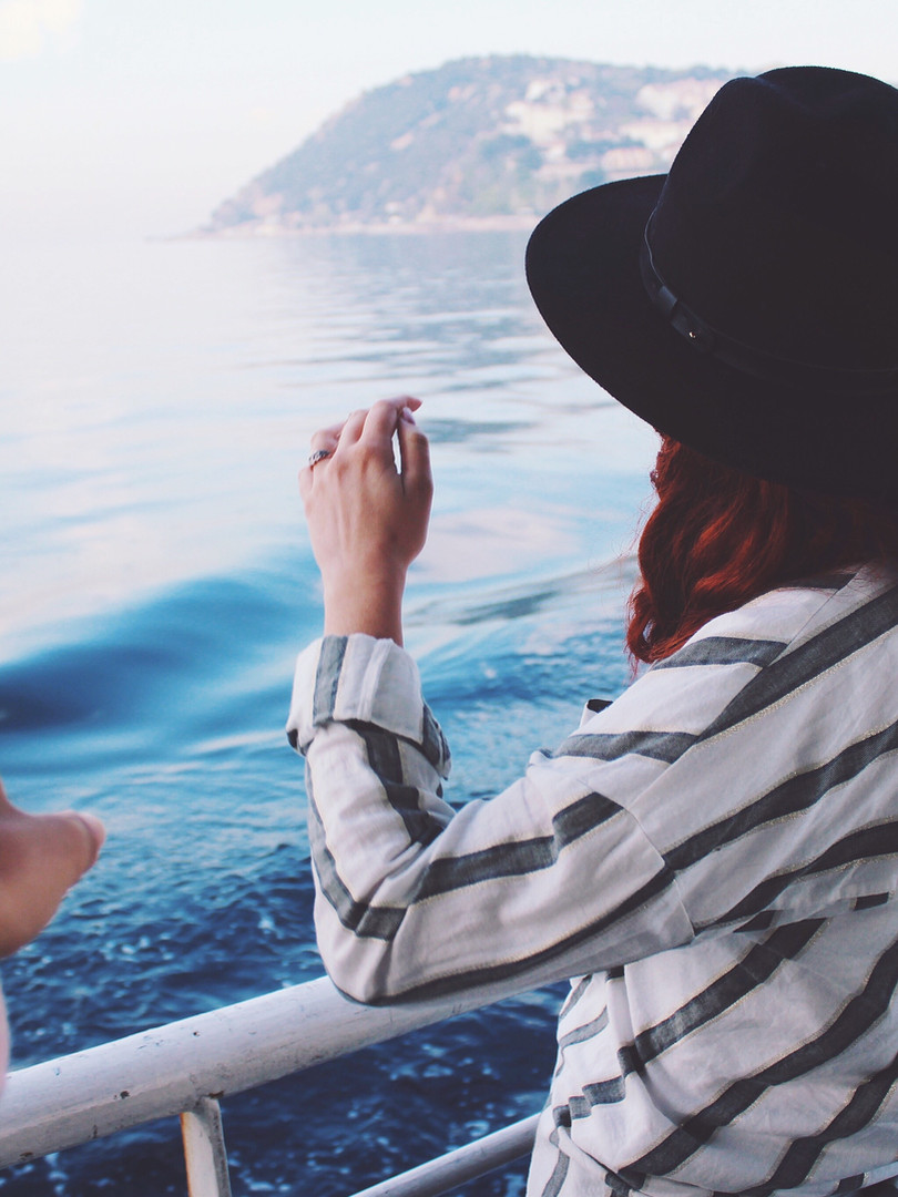 ผู้หญิงนั่งเรือ