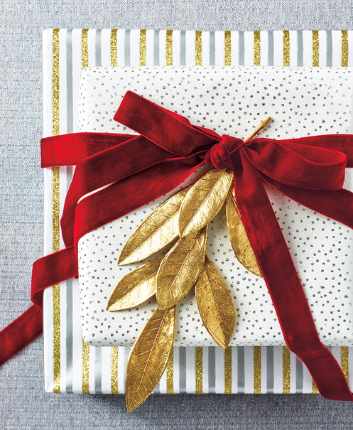 34388_HOL_GIFT_WRAP_0527_GOLD_LEAVES_web.jpg