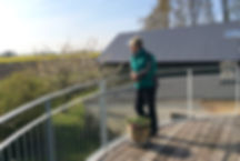 Anette nyder udsigten fra Vestværelsets altan ud over markerne