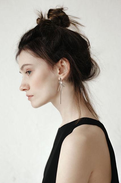 Genç kadının yakın çekim profili küpe takıyor özel tasarım momento jewelley