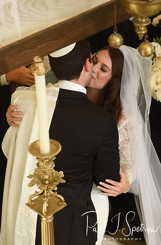 Helen and Mike kiss during their September 2018 wedding ceremony at the Touro Synagogue in Newport, Rhode Island.