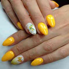 Желтый гель-лак с дизайном лимончики.