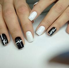 Стильный черно-белый маникюр.