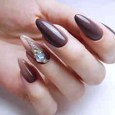 Темно-коричневый маникюр