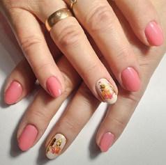 Розовый фукси с бежевым  гель-лаком, и клиновыми листочками