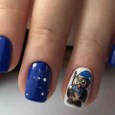 Синий маникюр с совёнком.