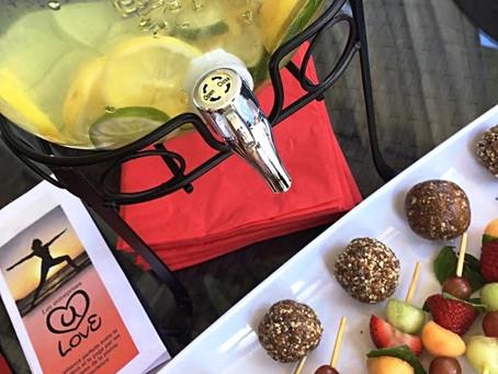 Boules d'énergie et brochettes de fruits