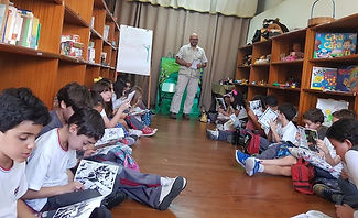 Alessandro telling the C. aurita story with the children following the C. aurita's comics - 2018-06-15