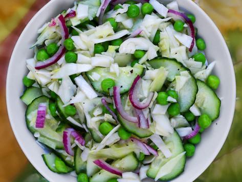 Křupavý salát se zelím a hráškem
