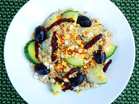 Quinoový salát s okurkou a olivami