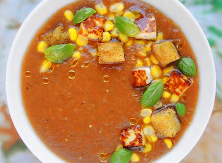Pikantní polévka gazpacho s halloumi