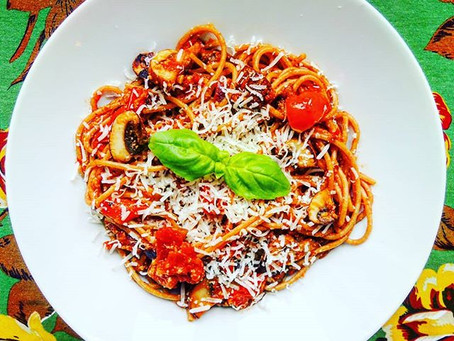 Jednoduché špagety s rajčatovou omáčkou a houbami