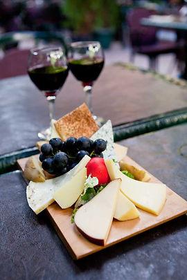 Viktor Levi peynir tabağı ve şarap