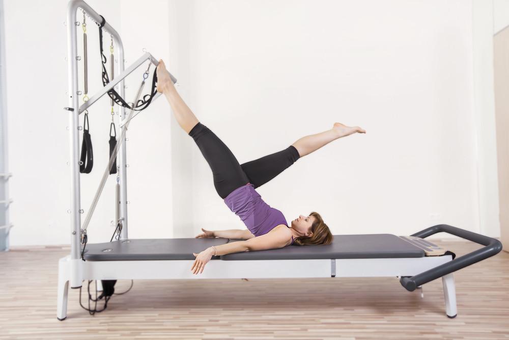Mulher no aparelho de pilates