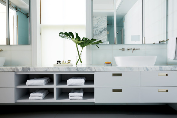 De Santaren gray master bath