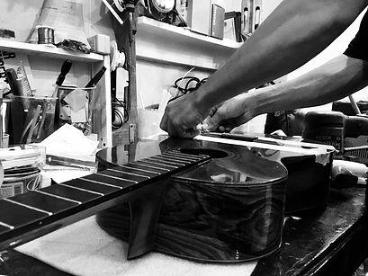 Sửa đàn guitar cũ.jpeg