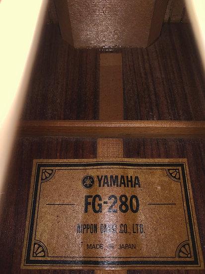 Guitar acoustic Yamaha FG-280 tem xanh từ năm 1973 .