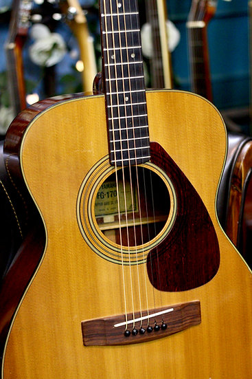 Guitar acoustic Yamaha FG170 tem xanh cổ từ năm 1970s .