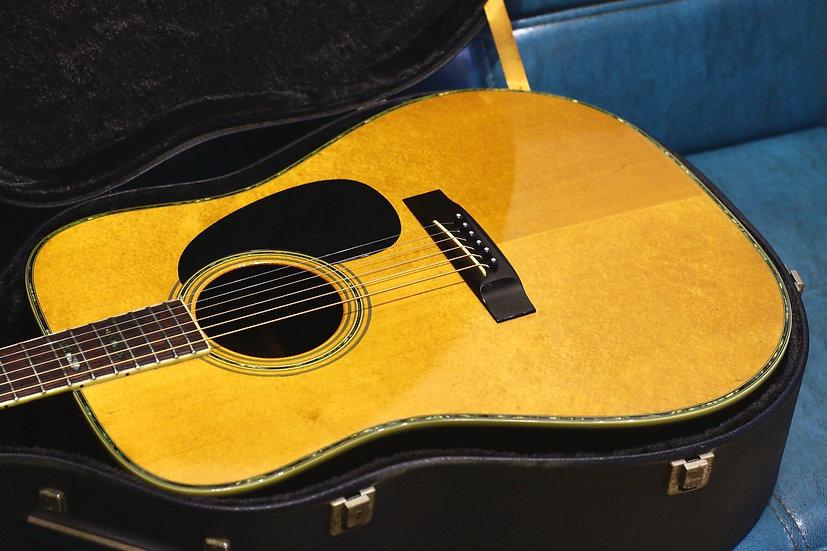 Guitar Morris W40 tem vuông từ năm 1975 .
