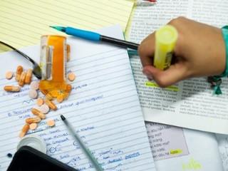 Met Ritalin op studeren: Effectief of schadelijk?