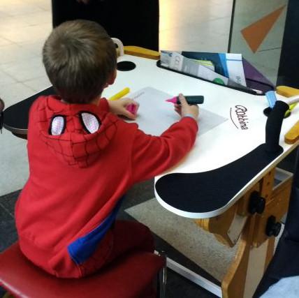 Niño dibujando sobre la Mesa Inclusiva Robbina