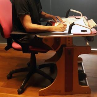 Muchacho escribiendo sobre la Mesa Inclusiva Robbina
