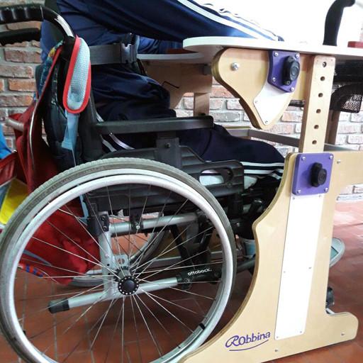 Imagen de estructura inferior de la Mesa Inclusiva Robbina donde se ve un niño utilizando silla de ruedas