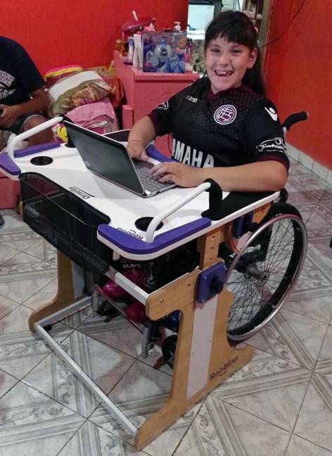 Niña utilizando notebook en la Mesa Inclusiva Robbina