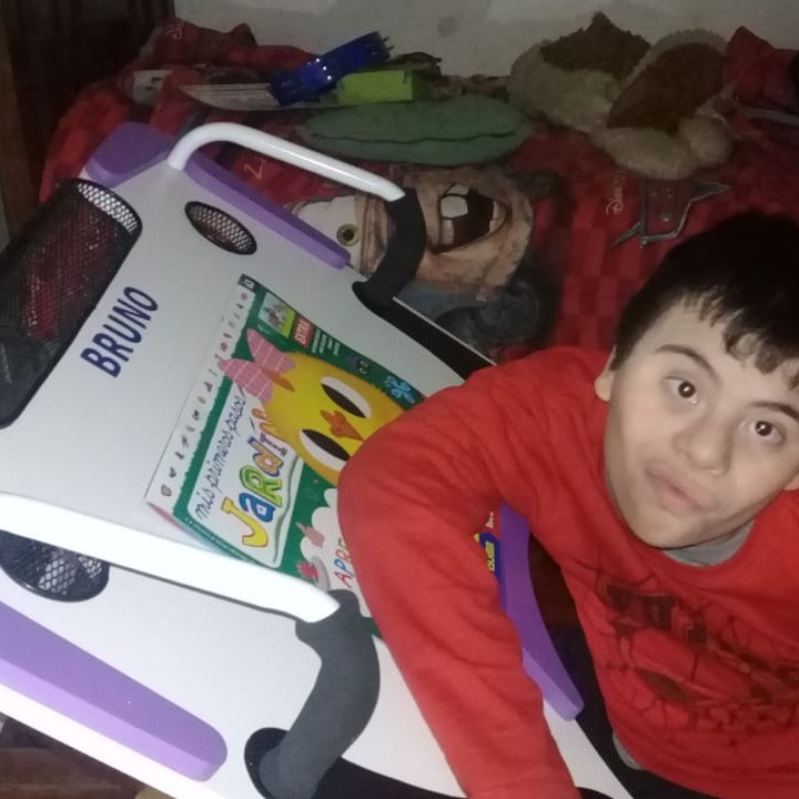 Niño usando su Mesa Inclusiva Robbina