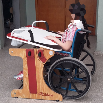 Niña en escuela con la Mesa Inclusiva Robbina