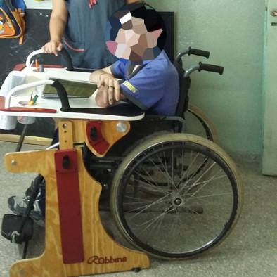 Niño en escuela con la Mesa Inclusiva Robbina