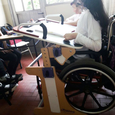 Niña en escuela usando la Mesa Inclusiva Robbina